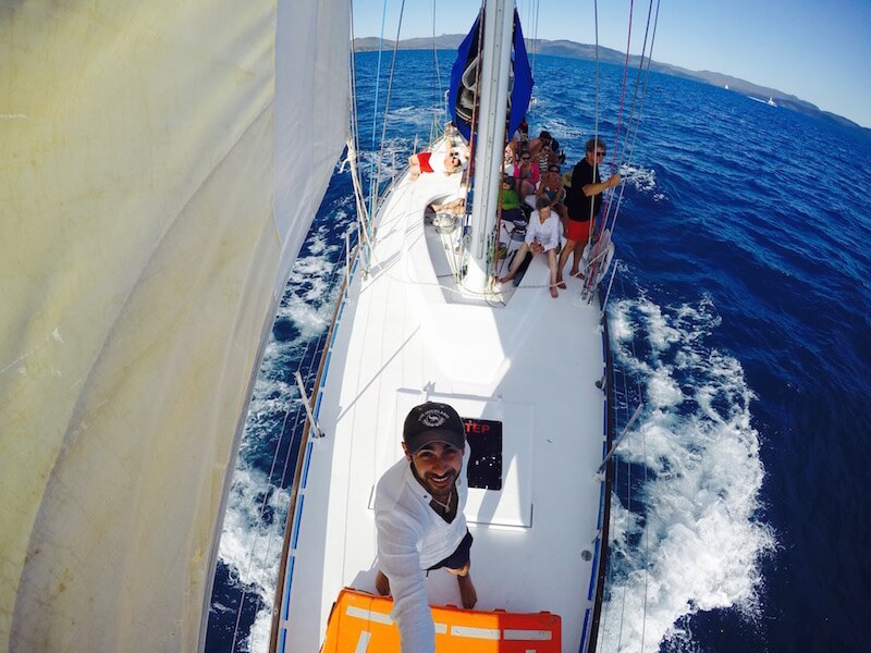 In bara a vela tra le whitSundays Islands