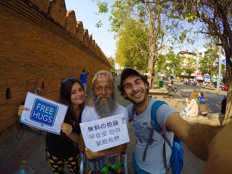 Luciano Pozzi abbracci gratis a Chang Mai