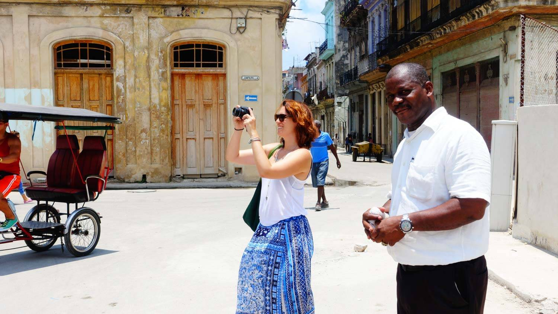 Sara e il suo jineteros a Cuba