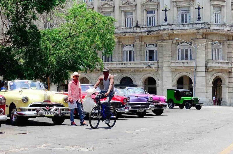 Alemendrones parcheggiate a l'Havana