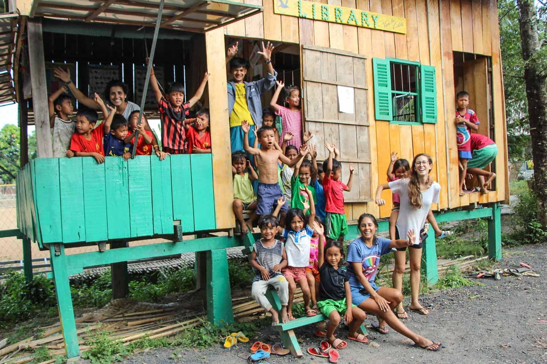 Bambini nella libreria del Viva la vida Cultural Center