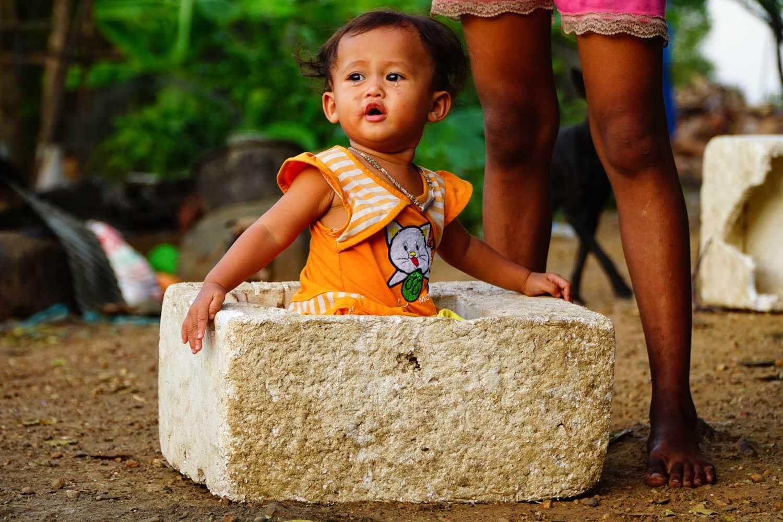 Bambina giocando con uno scatolone